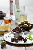 Marinierte Oliven, Zitrone und Getränke