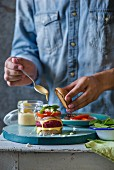 Rote-Bete-Kichererbsen-Burger mit Sauce beträufeln