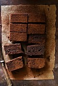 Vollkorn-Brownies auf Backpapier