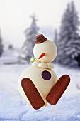 Schneemann-Torte vor Winterlandschaft