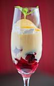 Trifle mit Custard in einem Glas serviert, aus einem Restaurant