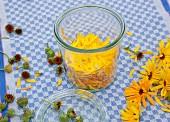 Ansatz für selbstgemachtes Ringelblumenöl im Weckglas