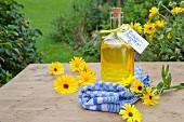 Selbstgemachtes Ringelblumenöl in Flasche zum Verschenken