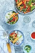Gemüsepfanne, serviert mit Reis