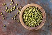 Superfood: Rohe Mungobohnen in einer Olivenholz-Schüssel