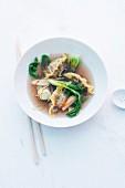 Klare Ochsenschwanzbrühe mit Nudeltäschchen und Gemüse (Asien)
