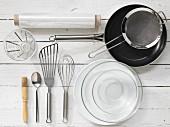 Küchenutensilien: Pfanne, Sieb, Schneebesen, Pfannenwender, Backpinsel, Messbecher