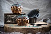 Vegane Riesenmuffins mit Nougat-Schokoladen-Glasur und Zuckerperlen