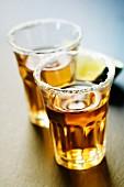 Tequila mit Limette und Salzrand