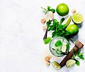 Zutaten für Mojito: Eiswürfel, Minze, Zucker und Limetten (Aufsicht)