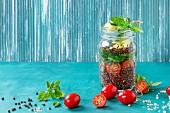 Quinoasalat mit Spinat, Tomaten und Zucchini in Schraubglas
