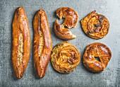 Pikantes orientalisches Gebäck: Bagels mit Sesam, Börek mit Spinat und Mohn, Pizza Pide mit Käse