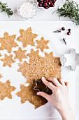 Schneeflocken-Plätzchen mit aus Plätzchenteig ausstechen