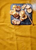 Holländische Poffertjes mit Butter und Puderzucker