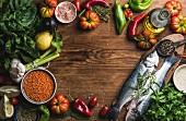 Gesunde Zutaten: Stillleben mit Fisch, Gemüse, Getreide, Kräutern und Gewürzen