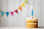 Mini-Geburtstagstorte mit brennender Kerze