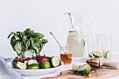Zutaten für Honig gesüsste Limeade mit Erdbeeren und Basilikum