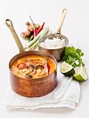 Tom-Yam (thailändische Suppe) mit Kokosmilch, Chili und Meeresfrüchten in einer Kasserolle