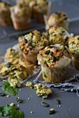 Pikante Muffins mit Spinat, Ziegenkäse und Kürbiskernen