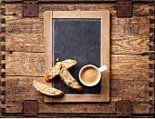 Kaffeetasse und Biscotti auf Vintage Kreidetafel