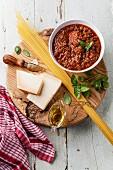 Zutaten für Spaghetti Bolognese auf einem Holzuntergrund