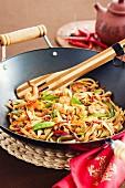 Asiatische gebraten Nudeln mit Gemüse und Garnelen im Wok