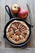 Frisch gebackene Apfeltarte in der Pfanne