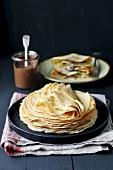 Ein Stapel Pfannkuchen auf Teller