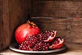 Ganzer Granatapfel und Granatapfelstücke