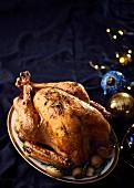 Mit Bacon, Salbei und Lebkuchen gefüllter Truthahnbraten zu Weihnachten