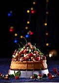 Cheesecake mit weisser Schokolade, Ingwerkeksboden und Beeren-Marshmallow-Dekoration