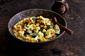 Vegetarian vegetable curry with cauliflower, spinach and red lentils (Asia)
