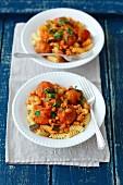 Pasta mit Fleischbällchen und Bohnen in Tomatensauce