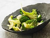 Gedämpfter Brokkoli mit Sesam, Honig und Sojasauce