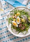 Salat mit Smoothie, Kartoffeln, Ei und Thunfisch