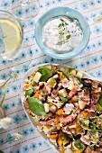Salat mit Couscous, Birne, Speck, getrocknete Aprikosen, Hähnchen, Schinken und frischem Thymian