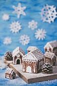 Lebkuchenhäuser mit weißem Zuckerguss verziert