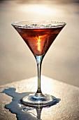 Manhattan Cocktail in Wasserpfütze