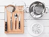 Küchenutensilien für gedünstete Lachssteaks mit Estragon-Salsa-Verde