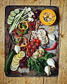 Verschiedene Gemüsesorten, Obst und Nüsse auf altem Backblech