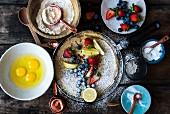Pfannkuchen mit Zutaten und Beeren