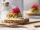 Avocado-Frischkäse-Brot mit Möhre, Gurke und Sprossen
