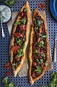 Pide mit würzigem Lammfleisch, Chilis und Koriandergrün (Türkei)