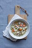 Gemüsesuppe mit Hähnchen (Draufsicht)