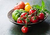 Frische gelbe, grüne und rote Tomaten