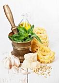 Zutaten für Pasta mit Pesto: Nudeln, Basilikum, Knoblauch, Parmesan und Pinienkerne