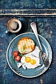 Traditionelles Frühstück mit Spiegeleiern, Toast und Kaffee (Aufsicht)
