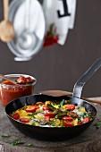 Kartoffelpfanne mit Tomaten, Pimentos und Ei