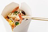 Asiatische Eiernudeln mit Shiitake-Pilzen, Garnelen und Schweinefleisch in Mitnahme-Box