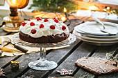 Weihnachtstisch mit Schokoladen-Kirsch-Torte und Zuckerplätzchen